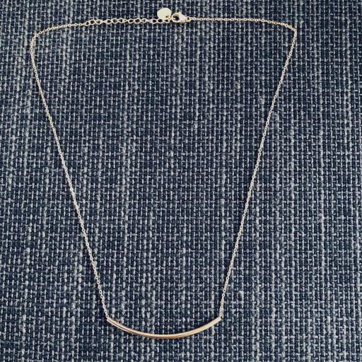 Collar gargantilla con tubo dorado [1]