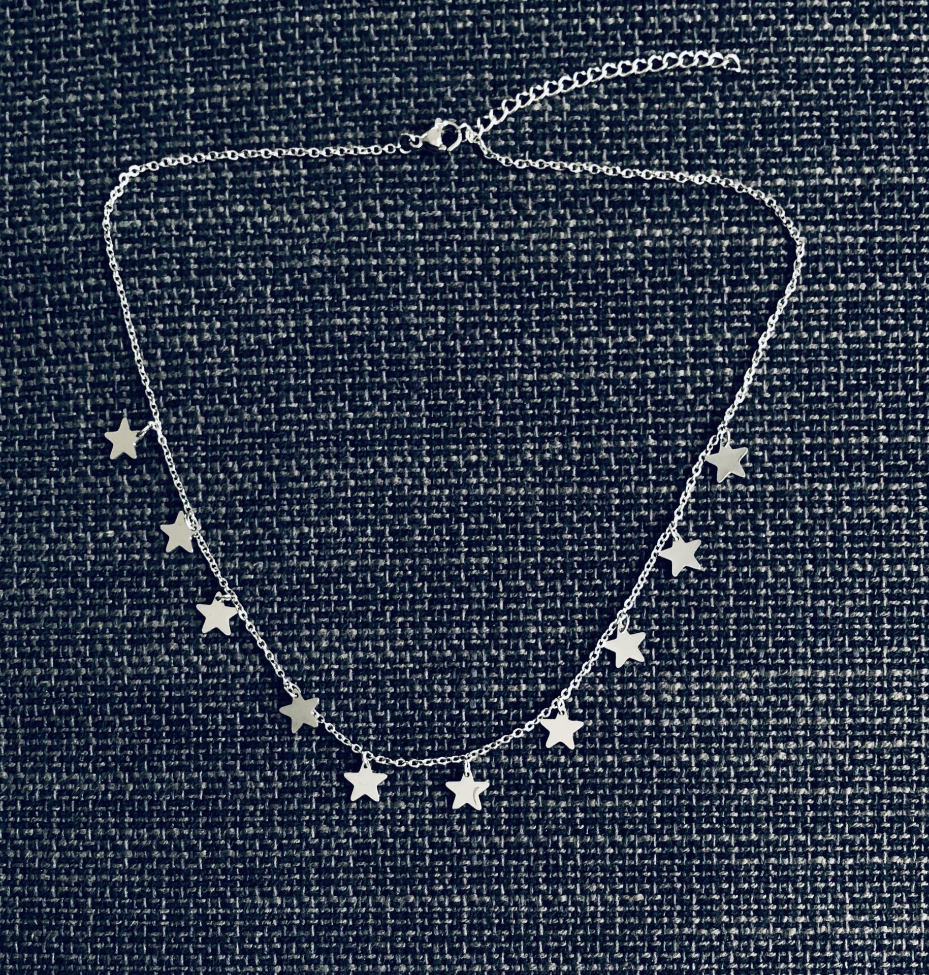 Collar de estrellas plateadas