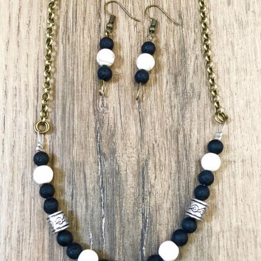 Collar gargantilla con media luna, jade blanco y lava negra [3]