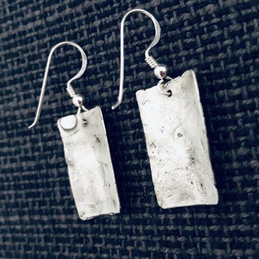 Pendientes texturados de plata mate y pátina negra [1]