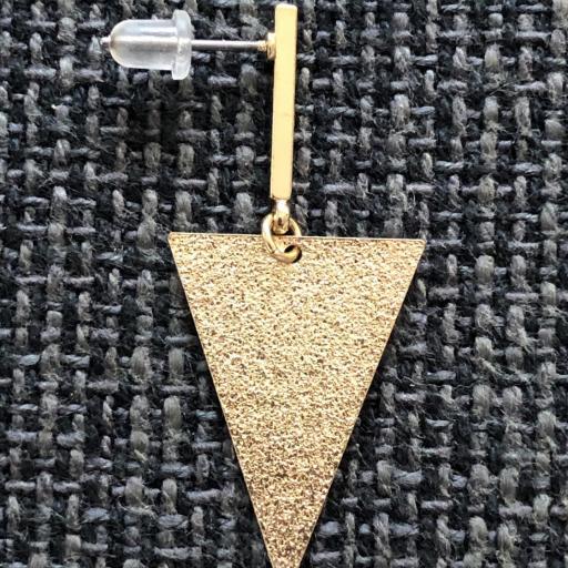 Pendientes esmaltados triangulares largos en color dorado [2]