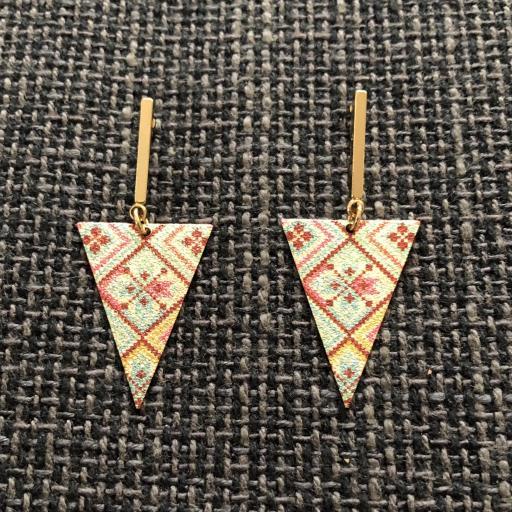 Pendientes esmaltados triangulares largos en color dorado [0]