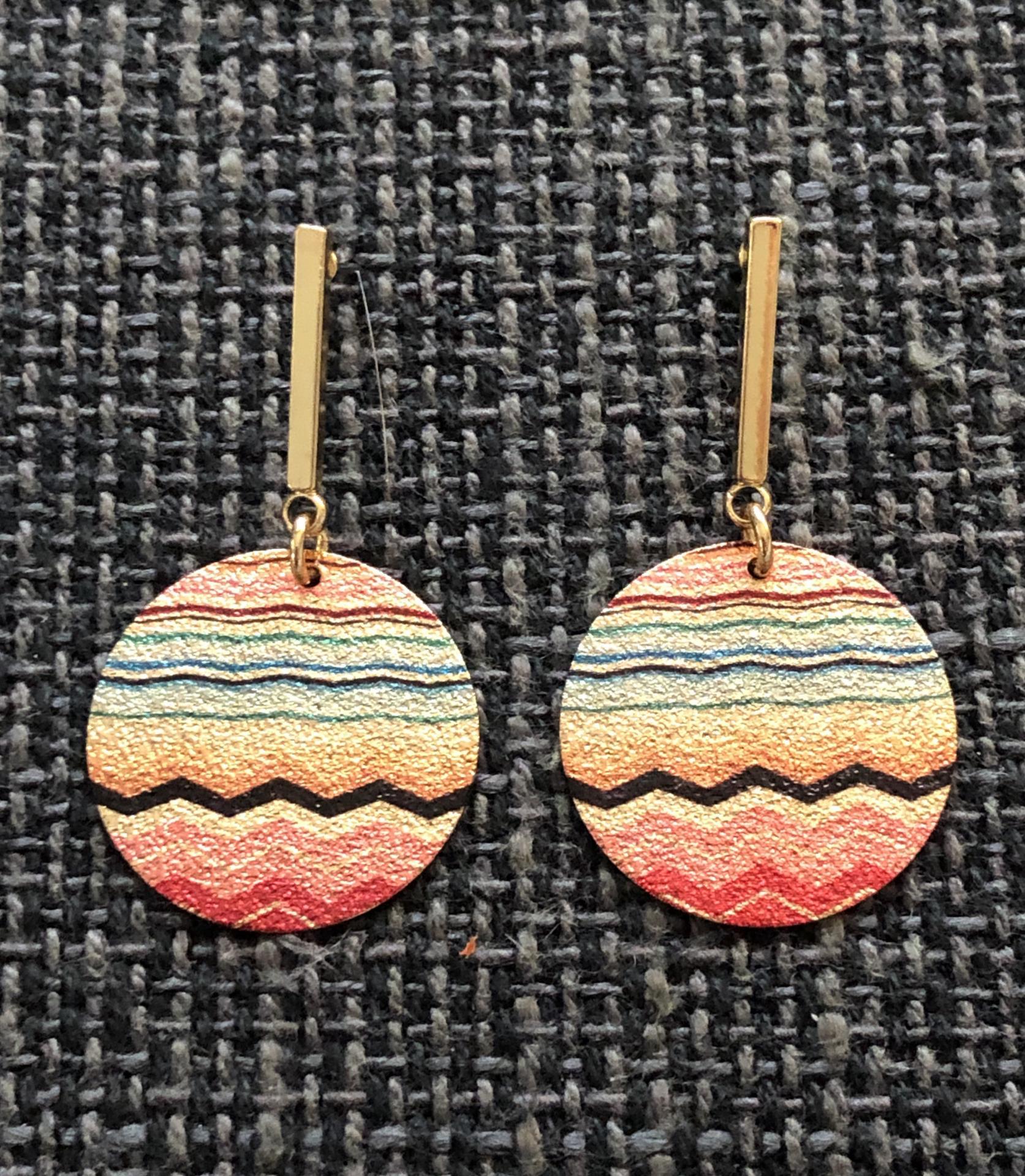 Pendientes esmaltados circulares largos en color dorado