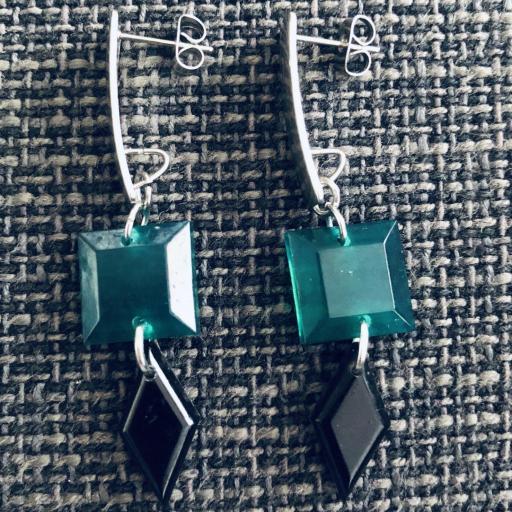Pendientes geométricos rectangulares con piezas de resina en color verde y negro [1]