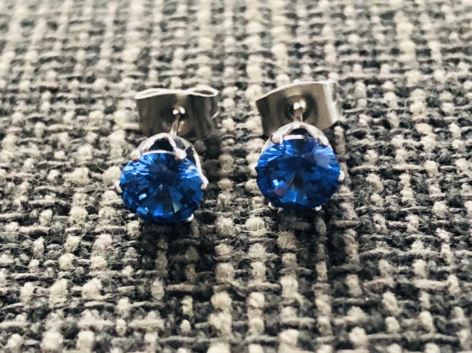 Pendientes de botón con cristal azul engarzado