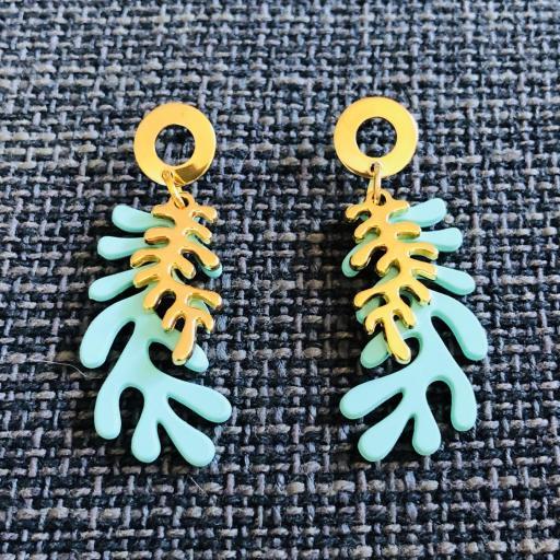 Pendientes  con forma  de coral en  color verde turquesa y dorado