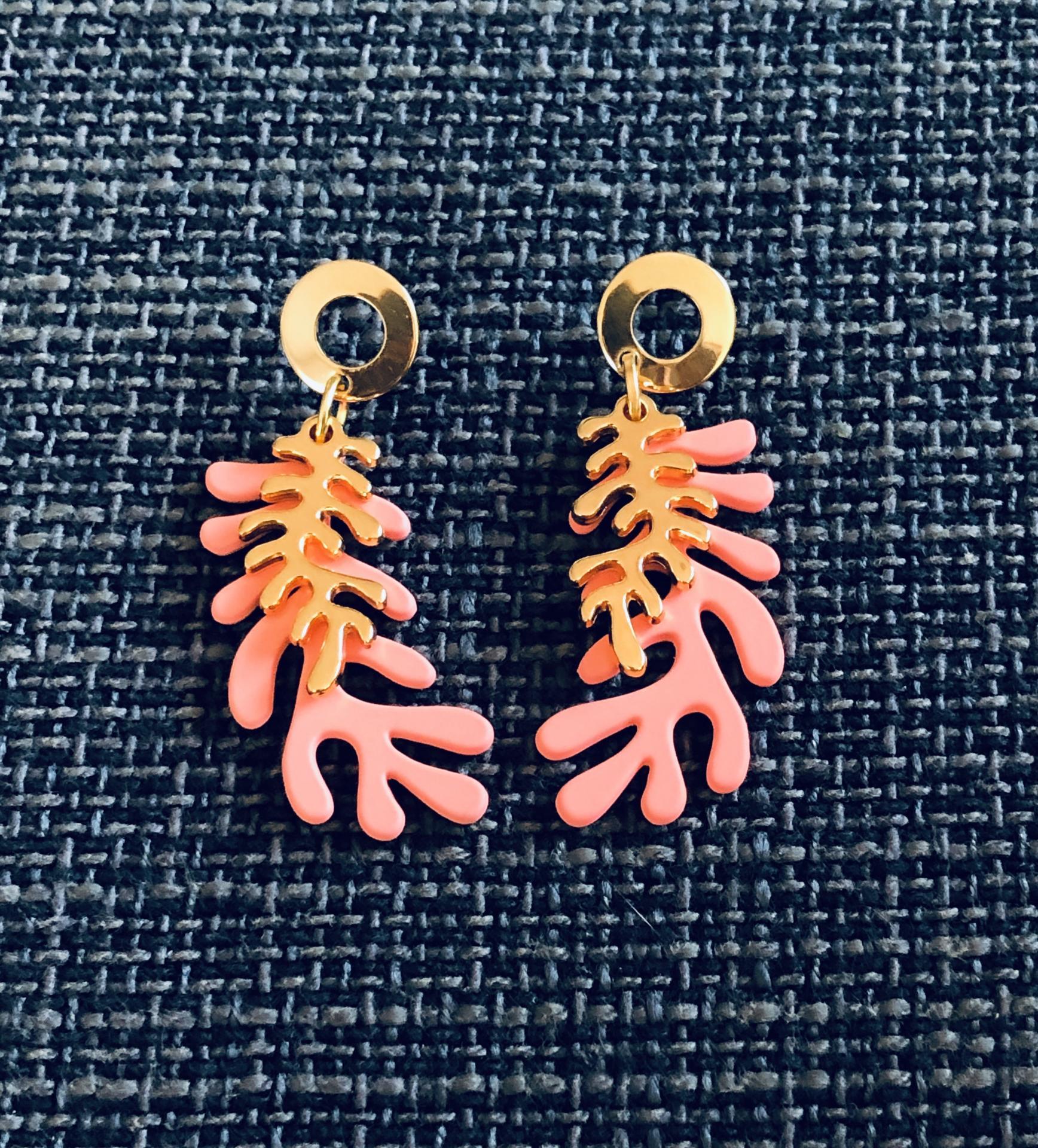 Pendientes con forma de coral en color salmón y dorado