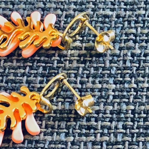 Pendientes con forma de coral en color salmón y dorado [1]