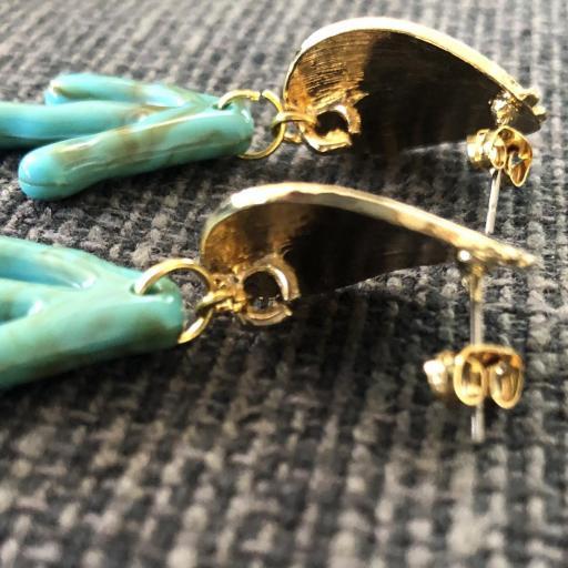 Pendientes con forma de coral en  acero dorado y  resina verde [1]