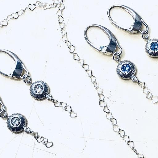 Pendientes de plata con pieza texturada , circonita azul y  cadena de corazones [3]