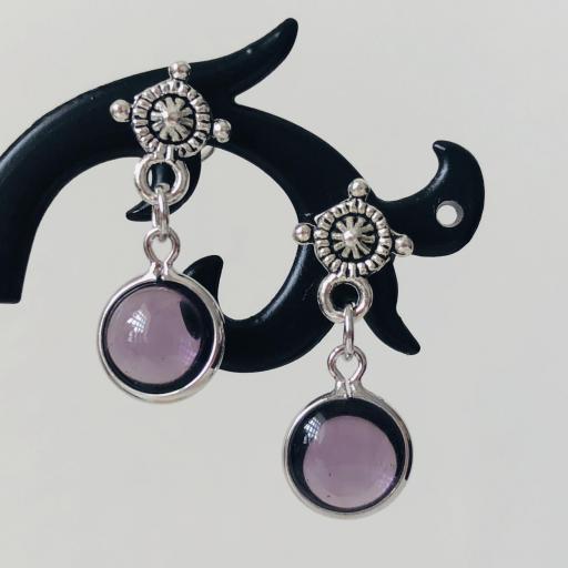 Pendientes con redondel plateado y cristal lila