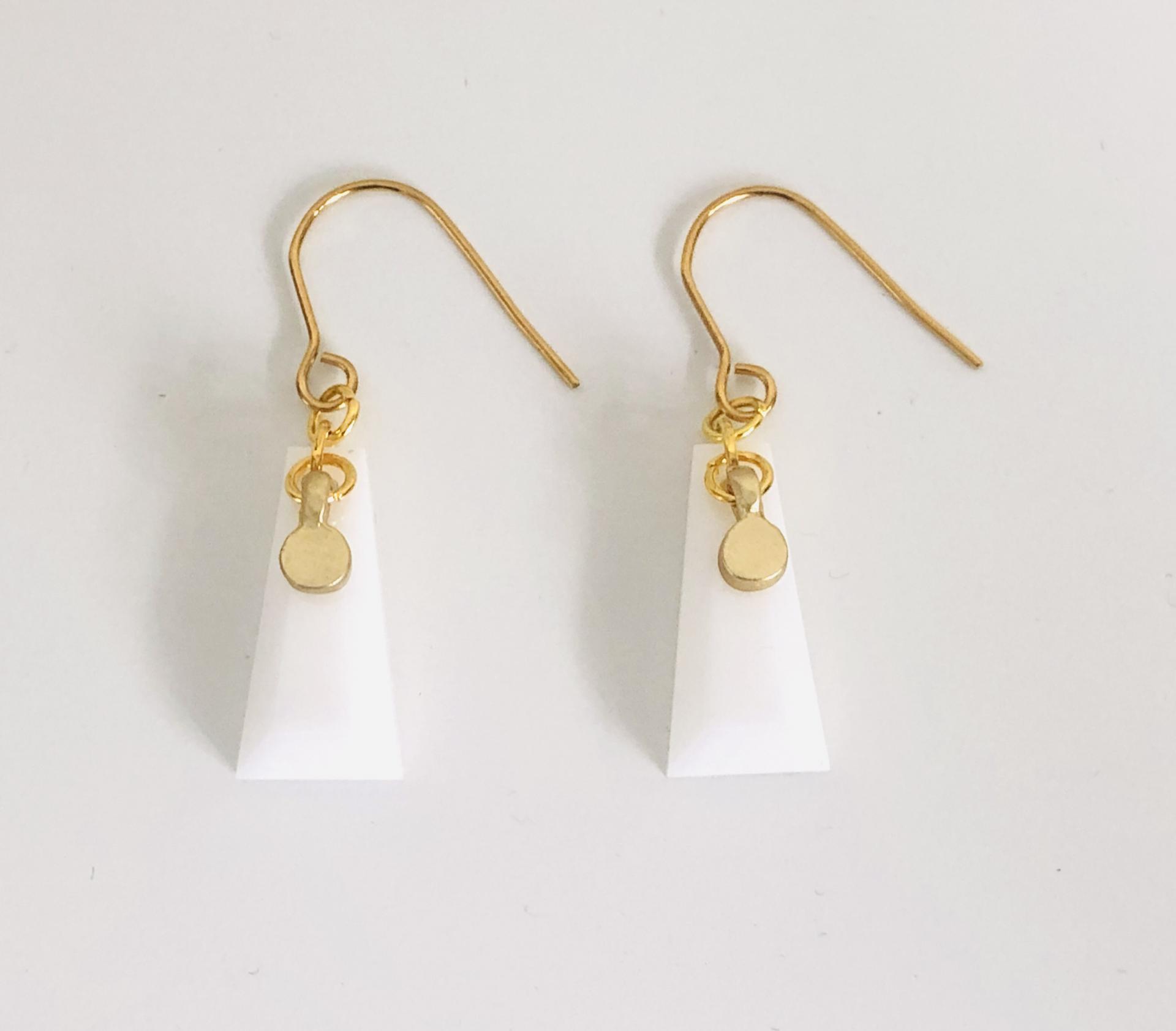Pendientes dorados geométricos de resina blanca