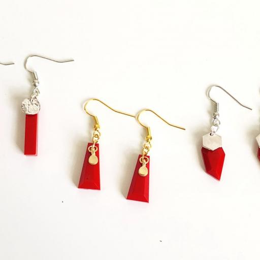 Pendientes dorados geométricos de resina roja [3]