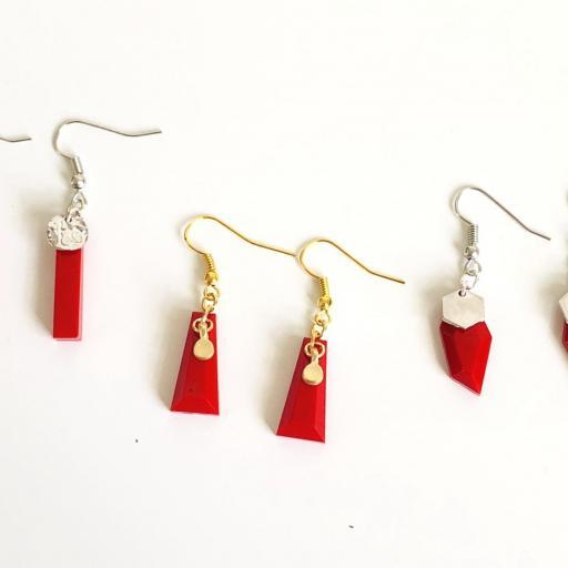 Pendientes plateados geométricos de resina roja [3]
