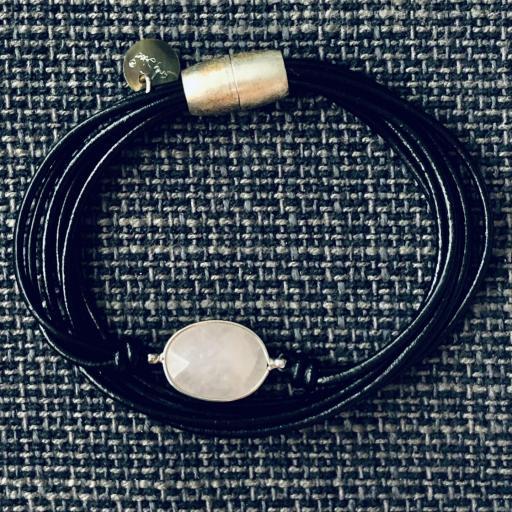 Pulsera hilos negros con piedra rosa