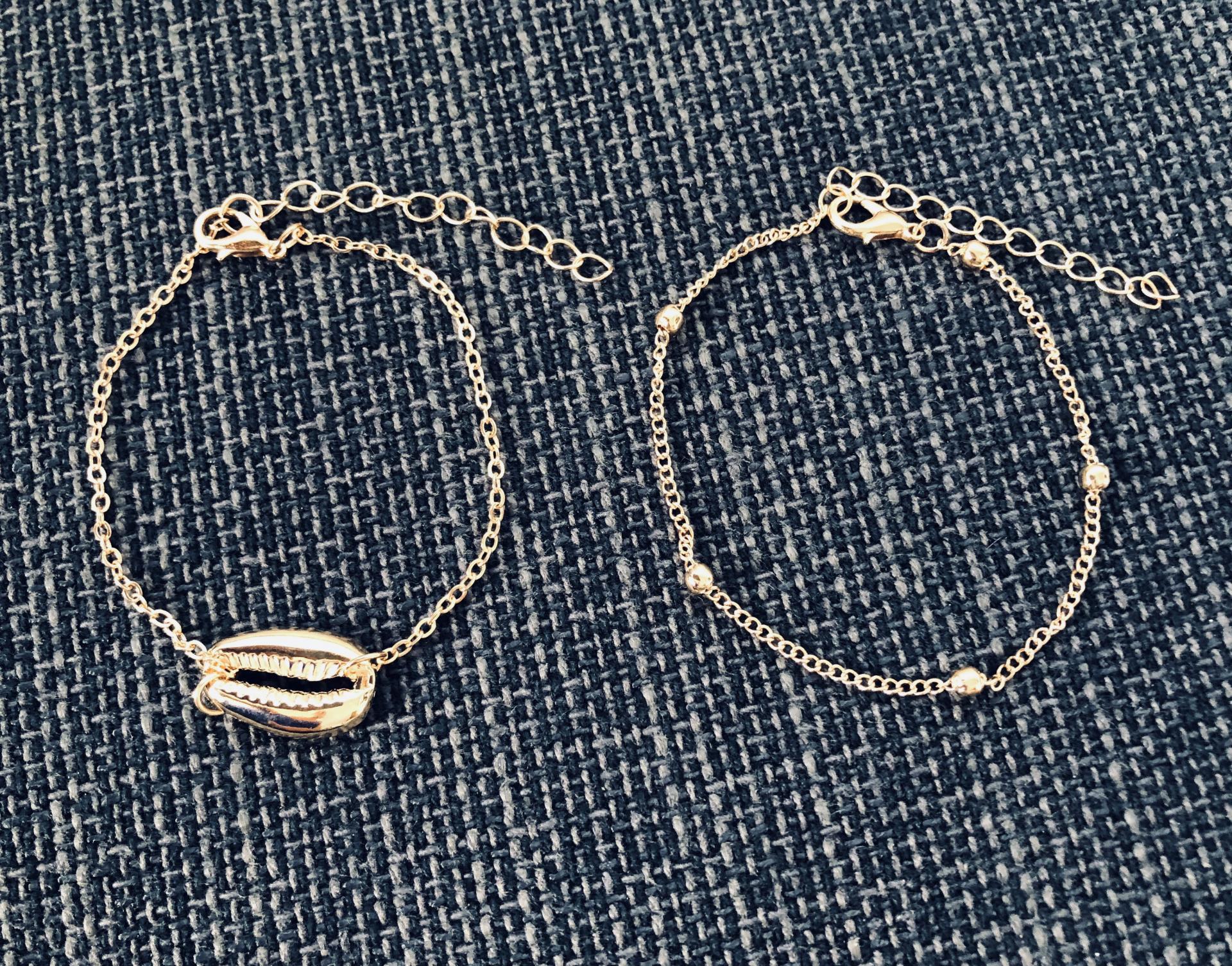 Conjunto de pulseras tobilleras  doradas con cadena y caurí