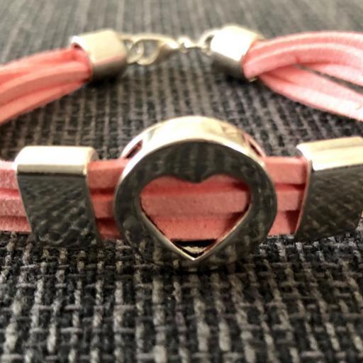 Pulsera con corazón plateado y antelina rosa [1]