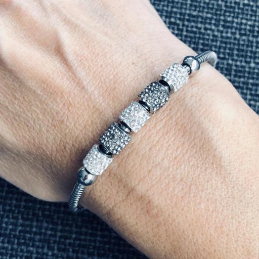 Pulsera de hilo flexible con charms grises y plateados [3]