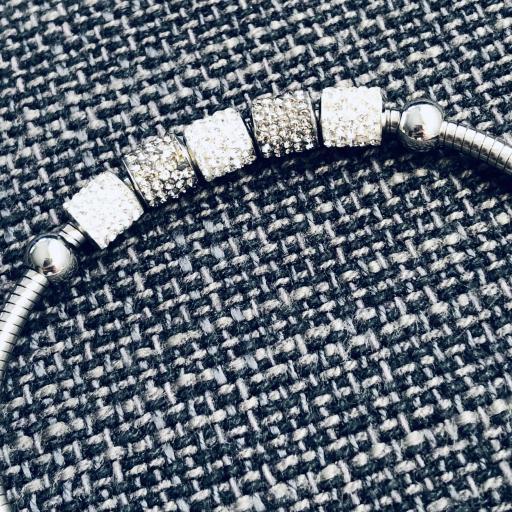 Pulsera de hilo flexible con charms grises y plateados [1]