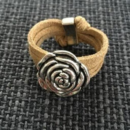 Anillo antelina ocre flor relieve