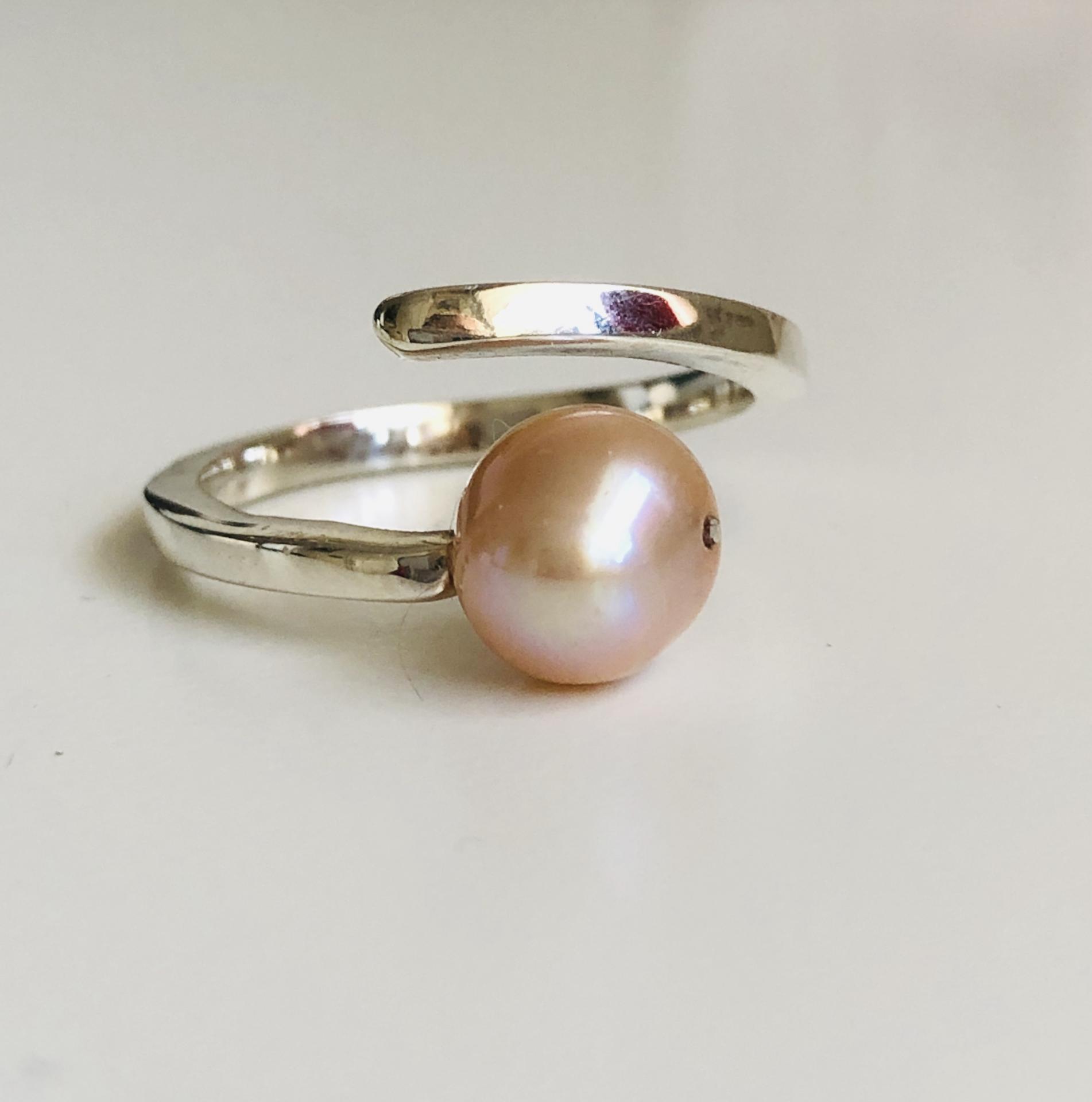 Anillo de plata y perla natural anaranjada