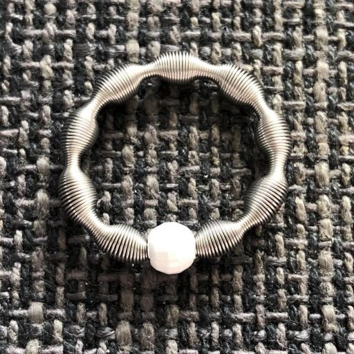 Anillo elástico con bola de plata color blanco