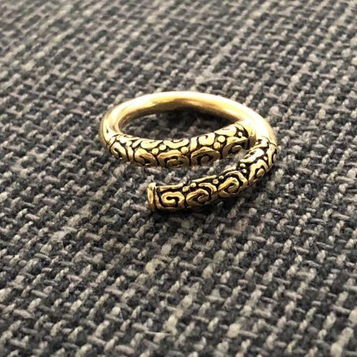 Anillo abierto y texturado de acero dorado
