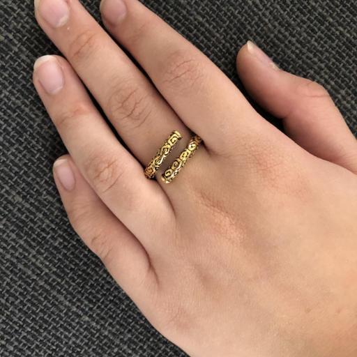 Anillo abierto y texturado de acero dorado [2]