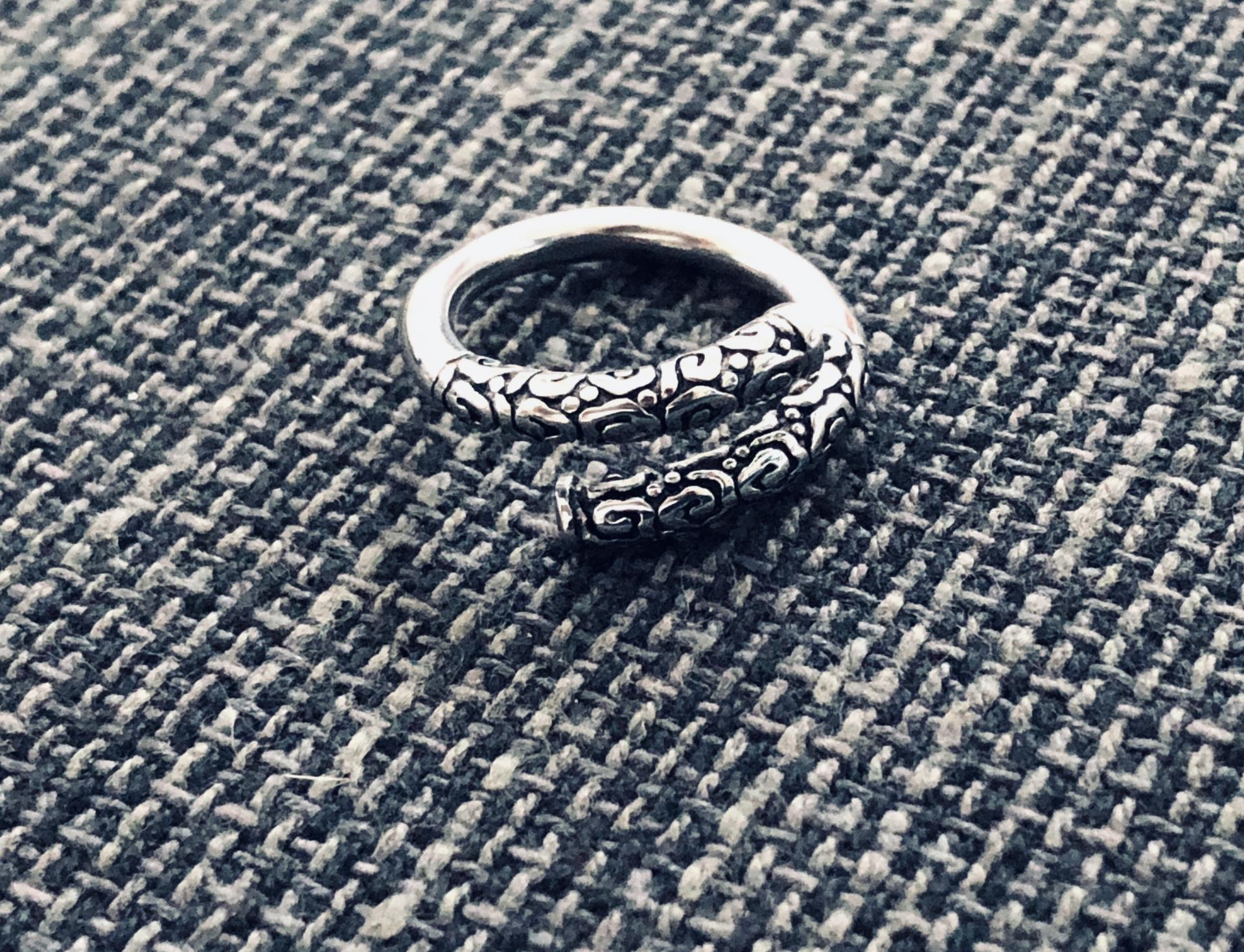 Anillo abierto y texturado de acero plateado
