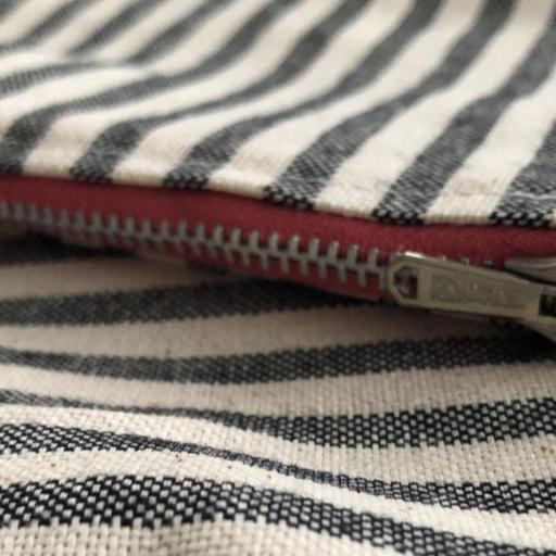 Bolsa XL artesanal con neceser de rayas gris y crudo [2]