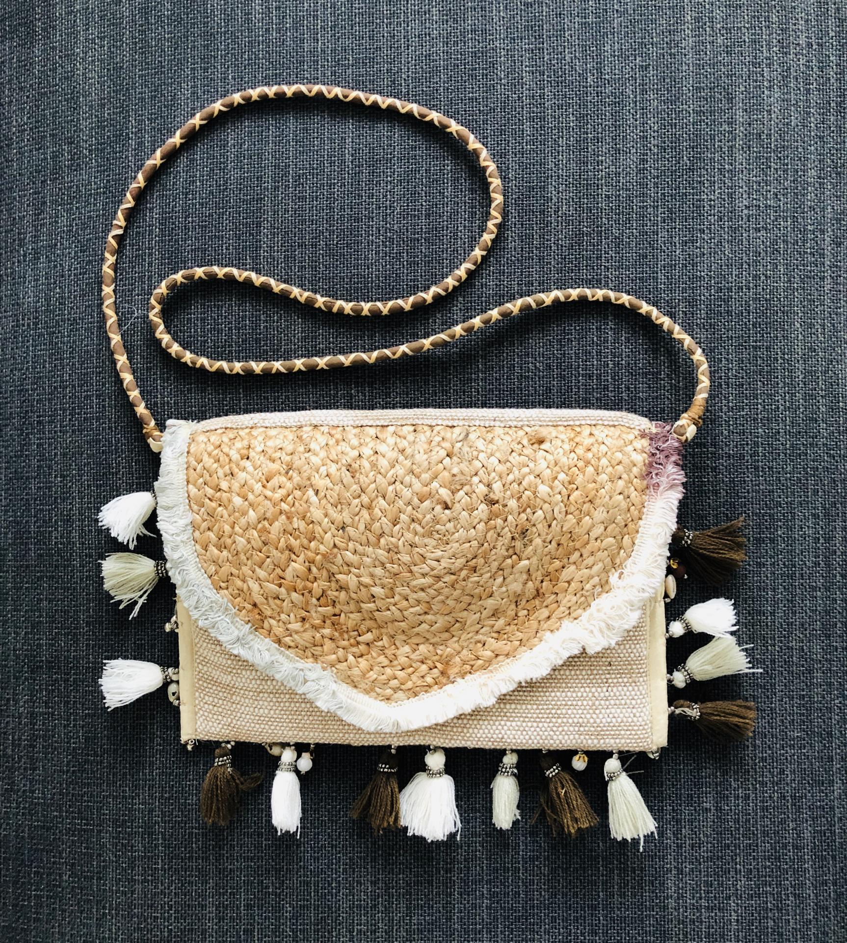 Bolso de yute con borlas y detalles colgantes marineros en tonos beige y marrón