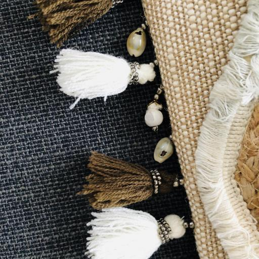 Bolso de yute con borlas y detalles colgantes marineros en tonos beige y marrón [2]