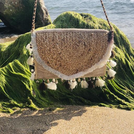 Bolso de yute con borlas y detalles colgantes marineros en tonos beige y marrón [3]