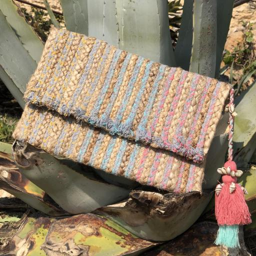 Bolso  en forma de sobre rectangular y borla fucsia-rosa con cadena [3]