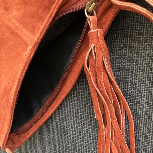Bolso italiano de ante con flecos en color teja [2]