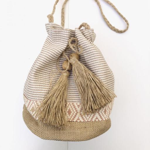 Bolso saco de rallas en colores crudo y camel