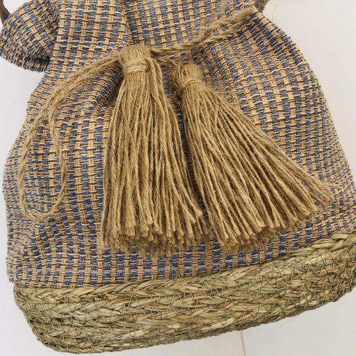 Bolso saco en rallitas azules y beige con pompones [3]