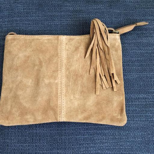 Bolso italiano de ante con flecos color beige [2]