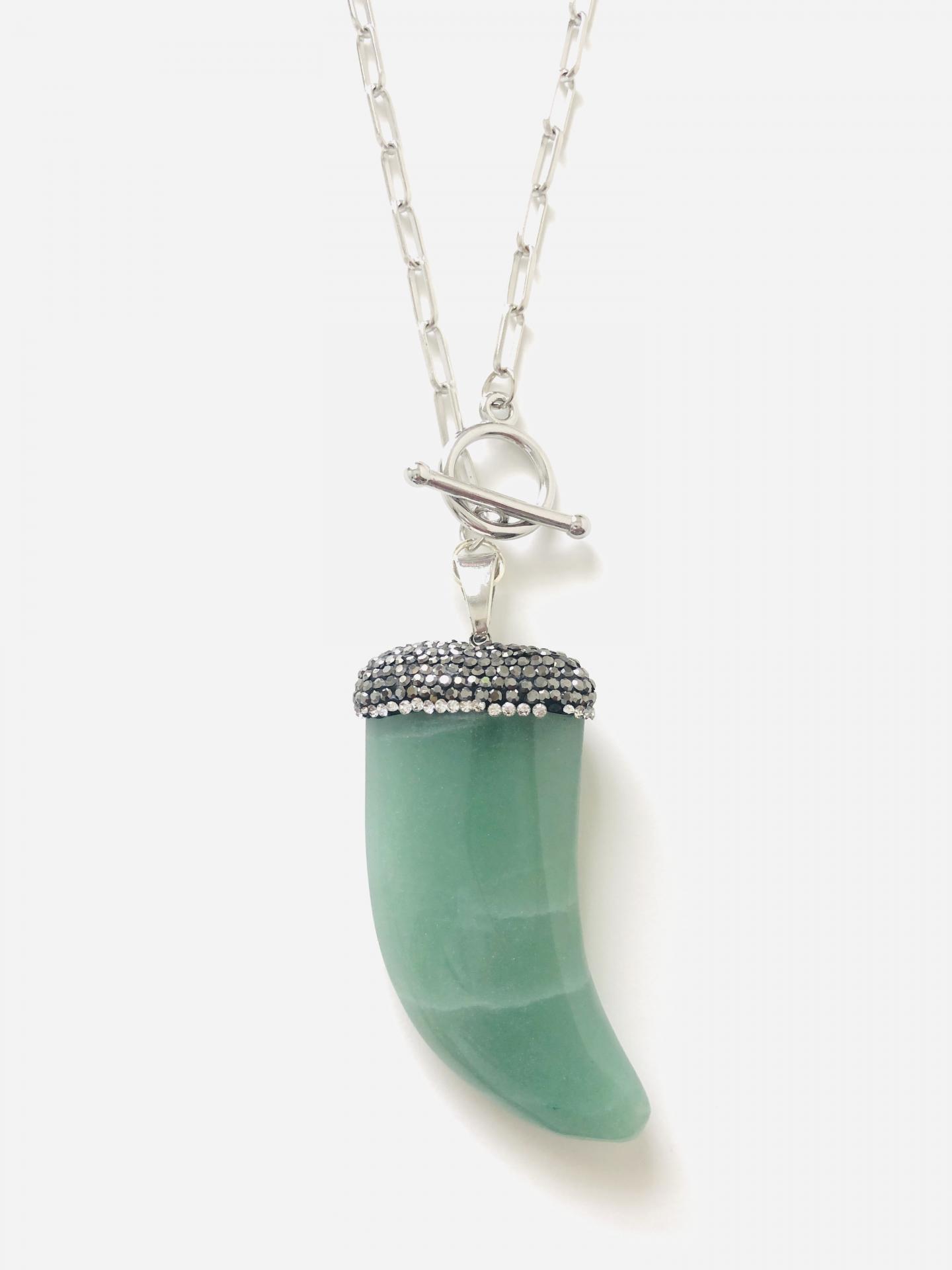 Colgante cuerno  de cuarzo verde natural  y cristales