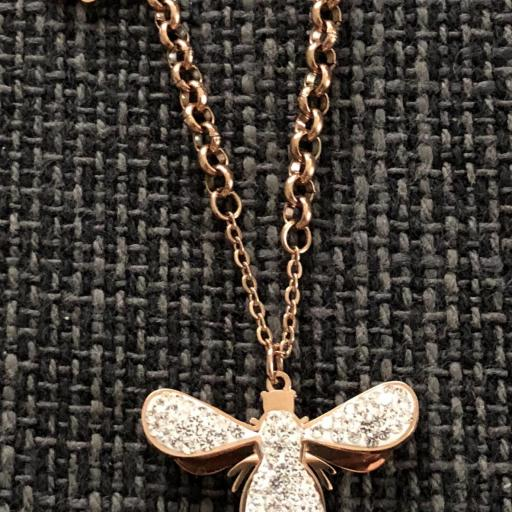 Colgante libélula en color oro rosa con cristales brillantes