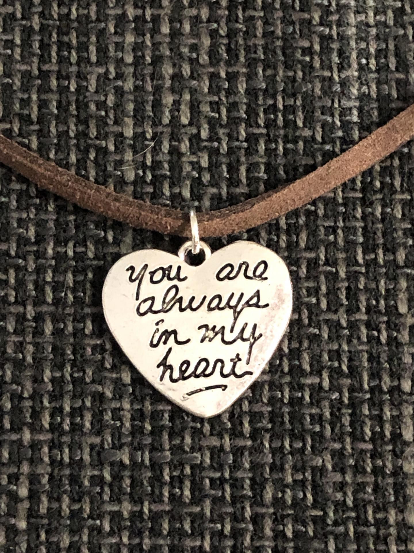 """Colgante corazón """"You´re always in my heart"""" color marrón"""