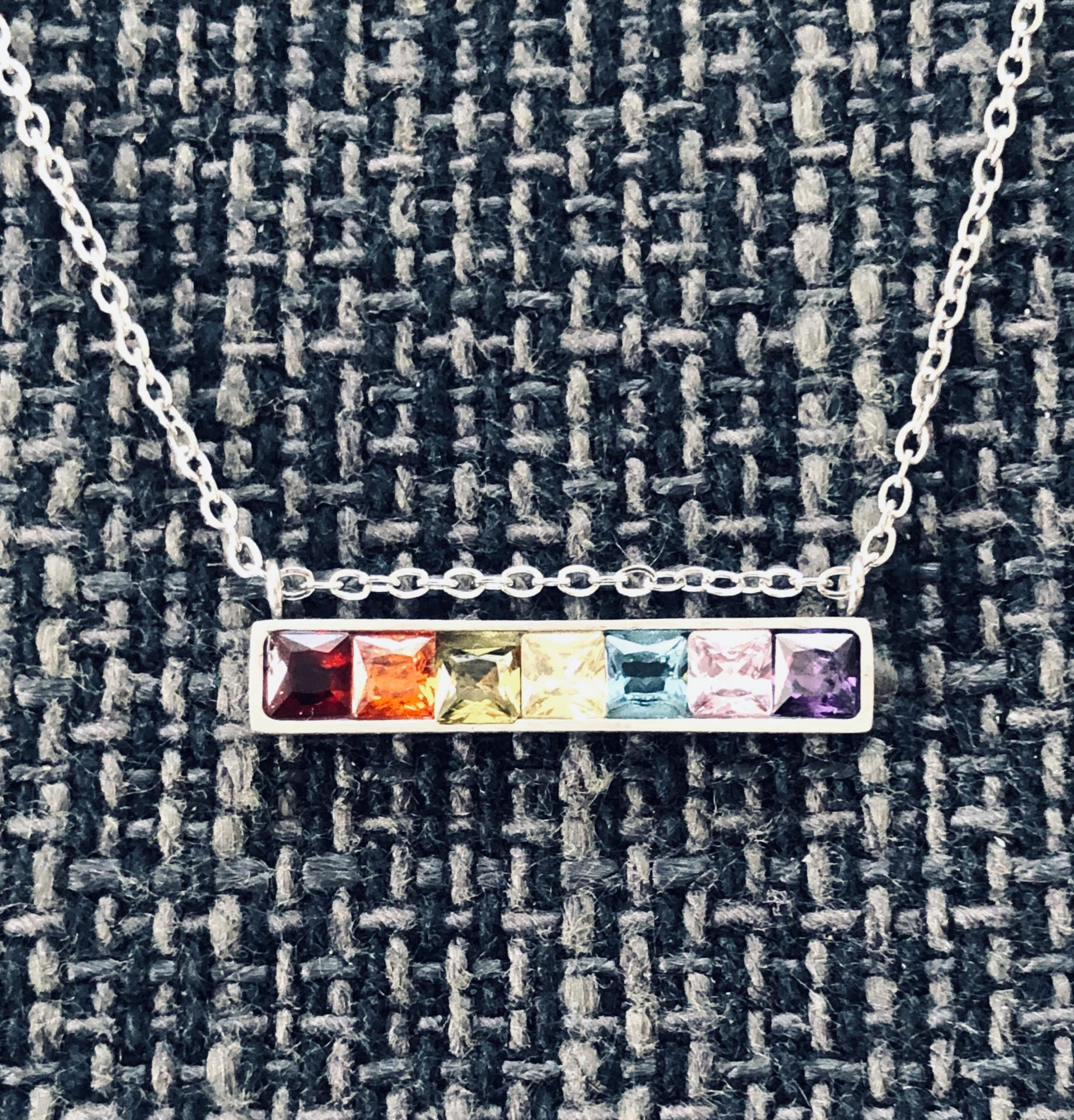Colgante de acero plateado con cristales cuadrados de colores