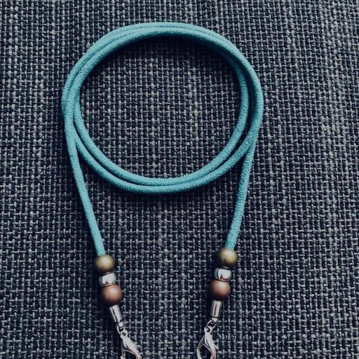 Cordón  cuelga mascarillas / gafas  en color turquesa con bolas