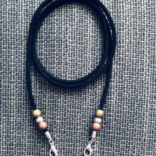 Cordón cuelga mascarillas / gafas en color gris negro con bolas