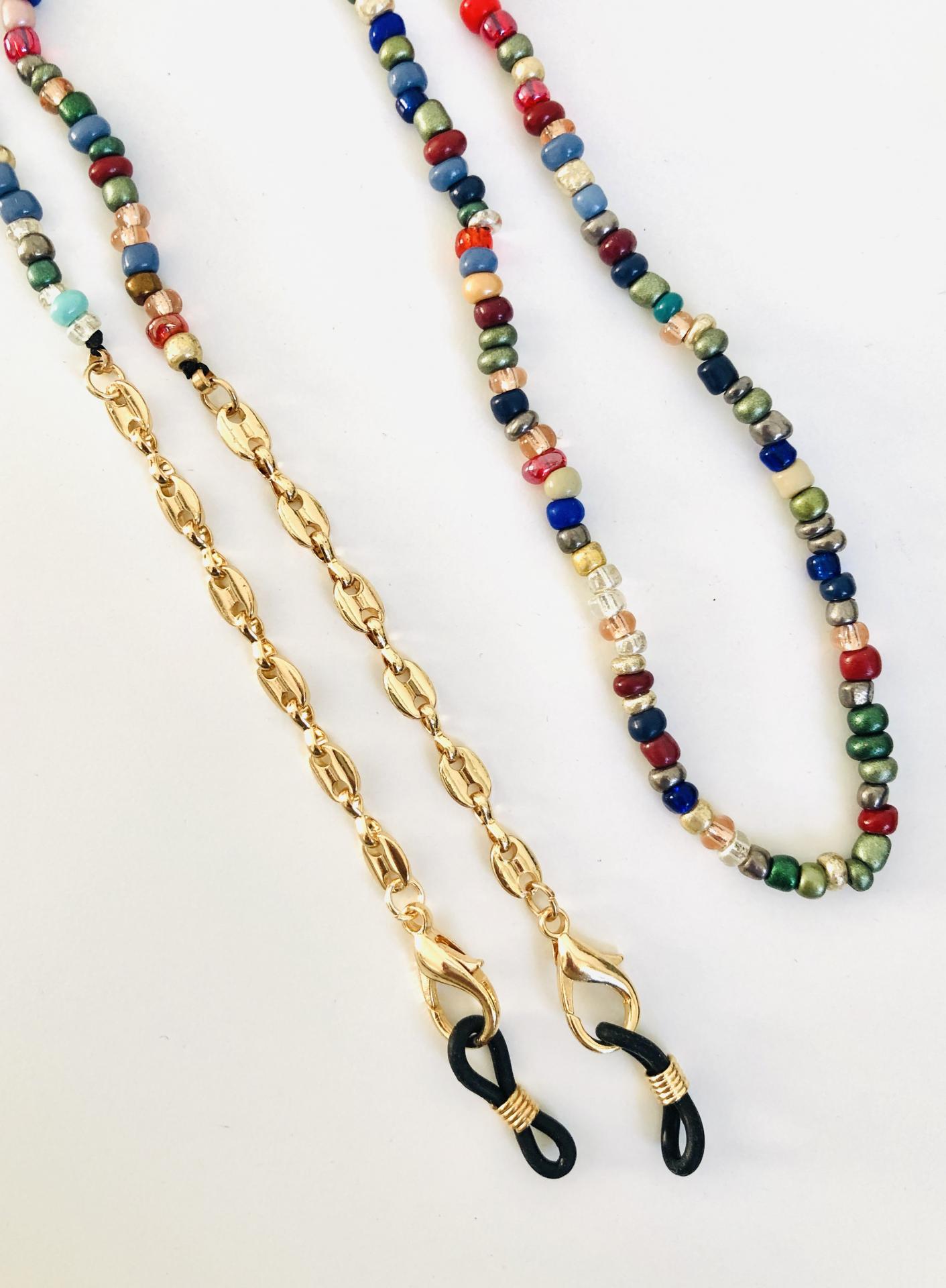 Cuelga mascarillas o gafas en tonos multicolor y con cadena de eslabones dorada