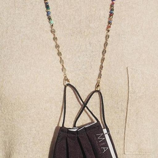 Cuelga mascarillas o gafas en tonos multicolor y con cadena de eslabones dorada [2]