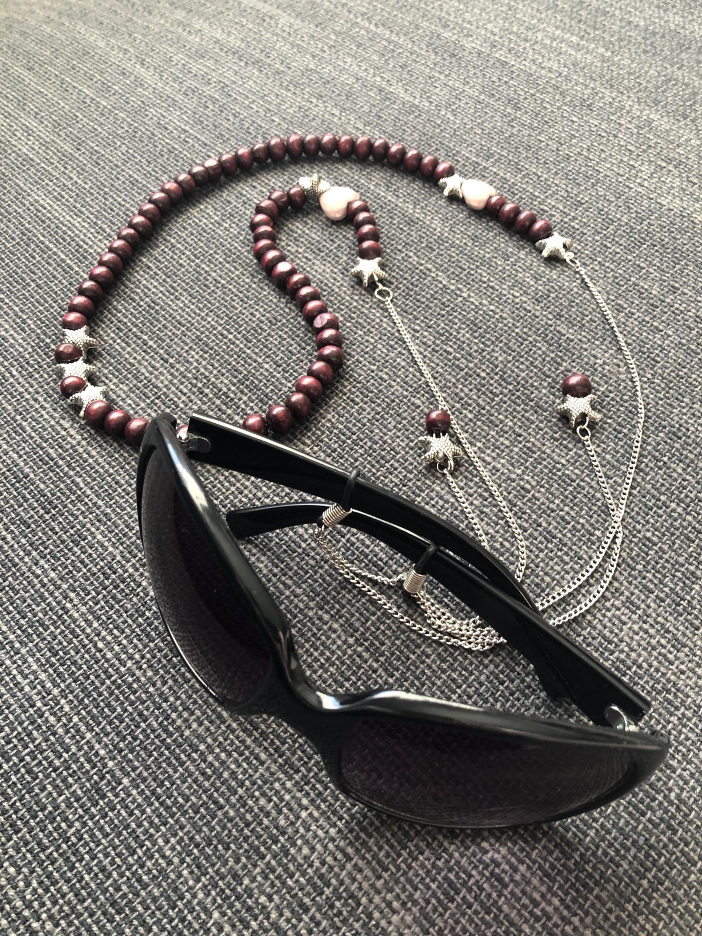 Collar- cordón para gafas con bolas de madera y estrellas