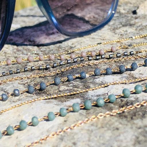 Cordón cuelga gafas y mascarillas con cadena dorada y bolitas color visón [2]