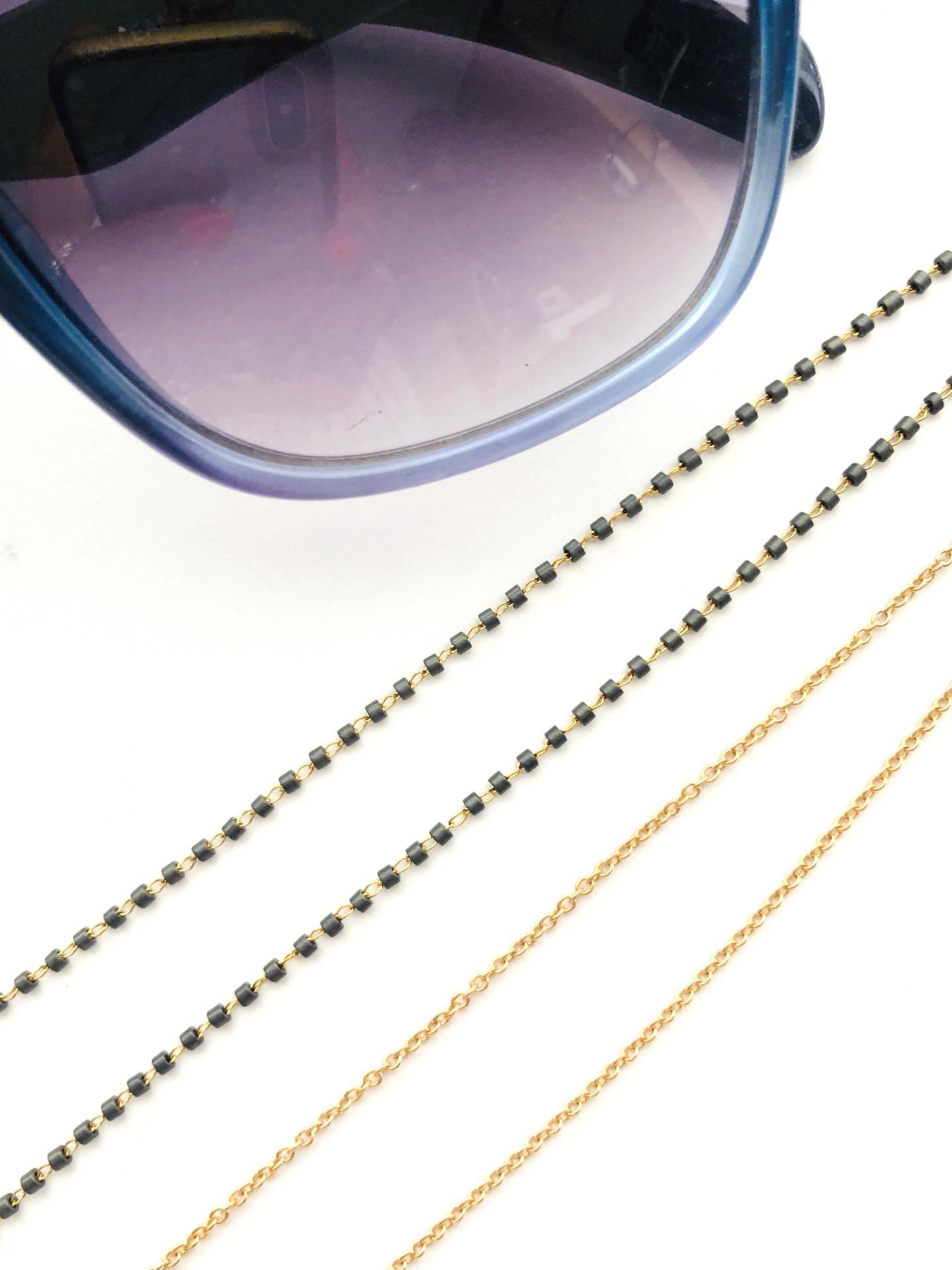 Cordón cuelga gafas y mascarillas con cadena dorada y tubitos gris oscuro