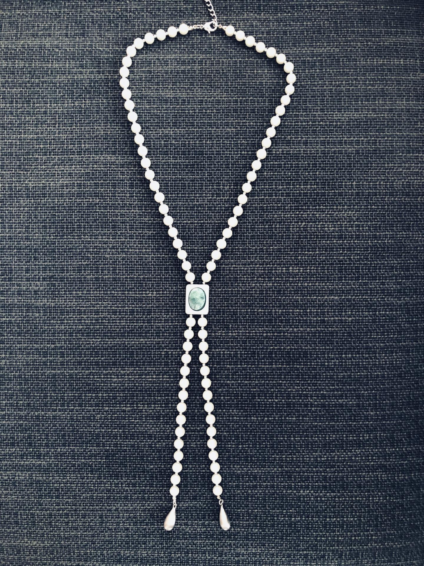 Collar de perlas de nácar y piedra verde